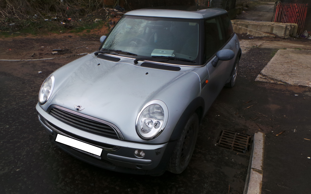 BMW MINI 2002 R50 ONE 1.6 AUTOMATIC PURE SILVER BREAKING FOR PARTS.